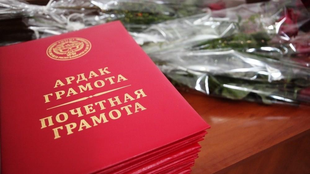 841151.c4ef0c6383107f2c52b1a56585db9a4f - Президент Кыргызской Республики Сооронбай Жээнбеков  20 января, вручил государственные награды кыргызстанцам